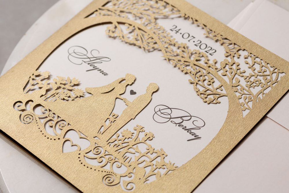 Luxushochzeitskarte lasercut Paare im ausgeschnittenen Herzen