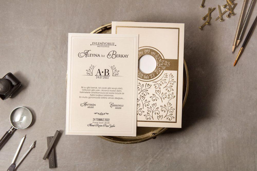 Luxushochzeitseinladung mit Blumendekoration der Goldfolie