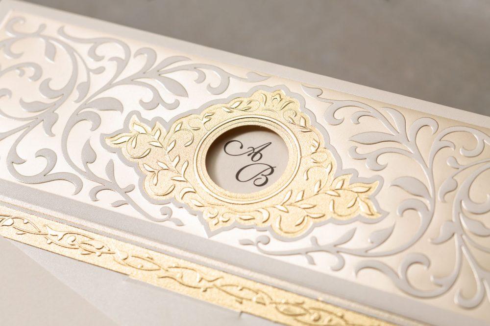 Stilvolle Hochzeitseinladung mit romantischer Dekoration gedruckt mit Goldfolie