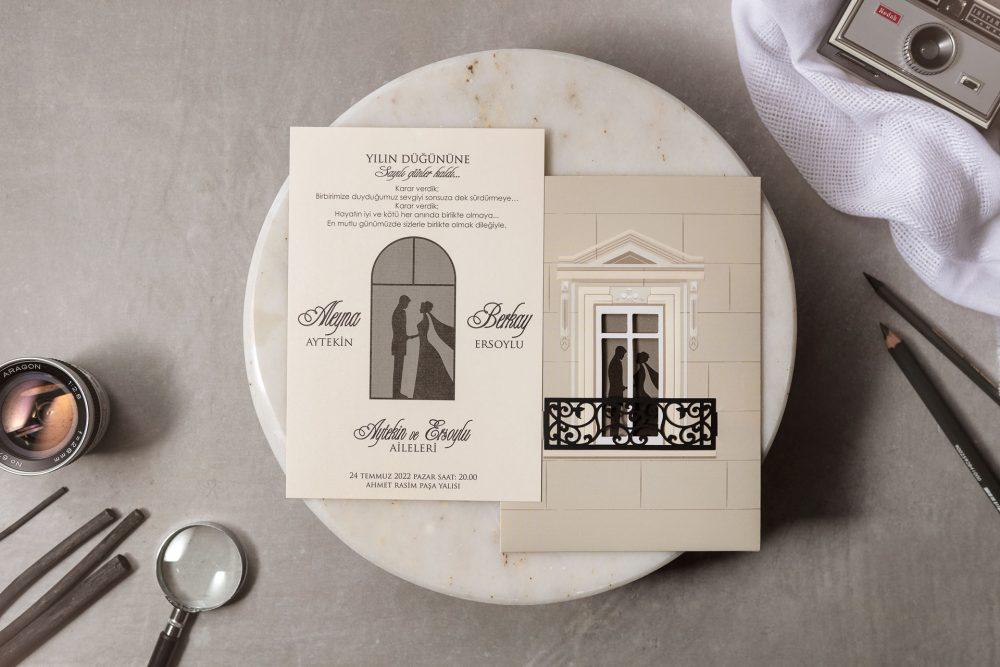 Romantische Hochzeitseinladung mit zwei Paaren auf Balkon
